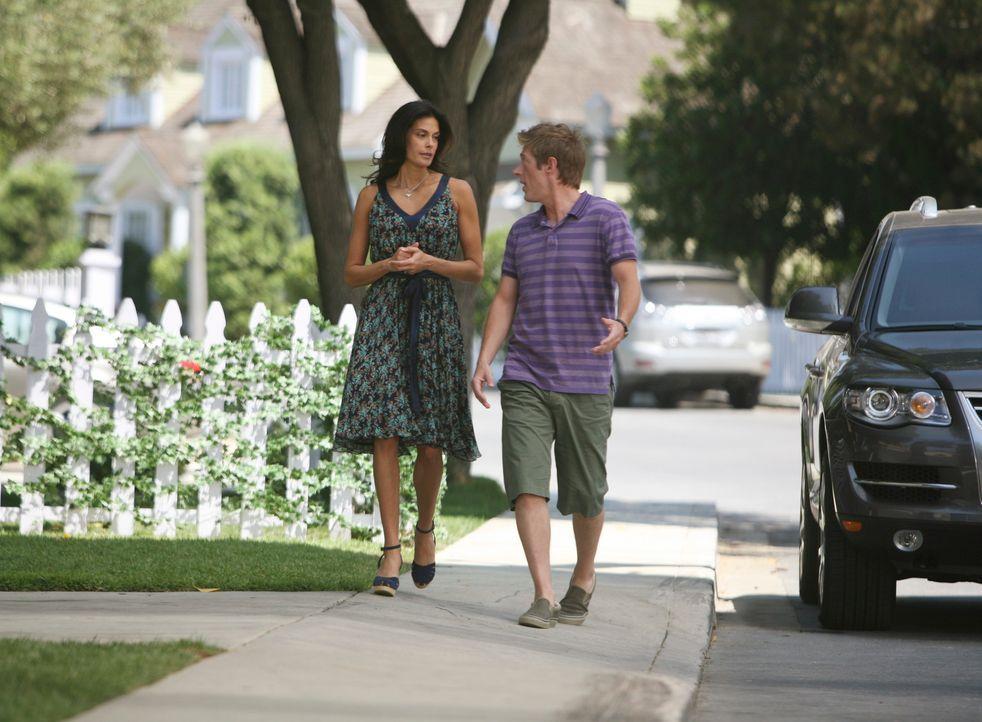 Da Lee (Kevin Rahm, r.) Susan (Teri Hatcher, l.) offenbar nicht leiden kann, versucht sie, sich durch einen Trick beliebt zu machen, indem sie Lee b... - Bildquelle: ABC Studios