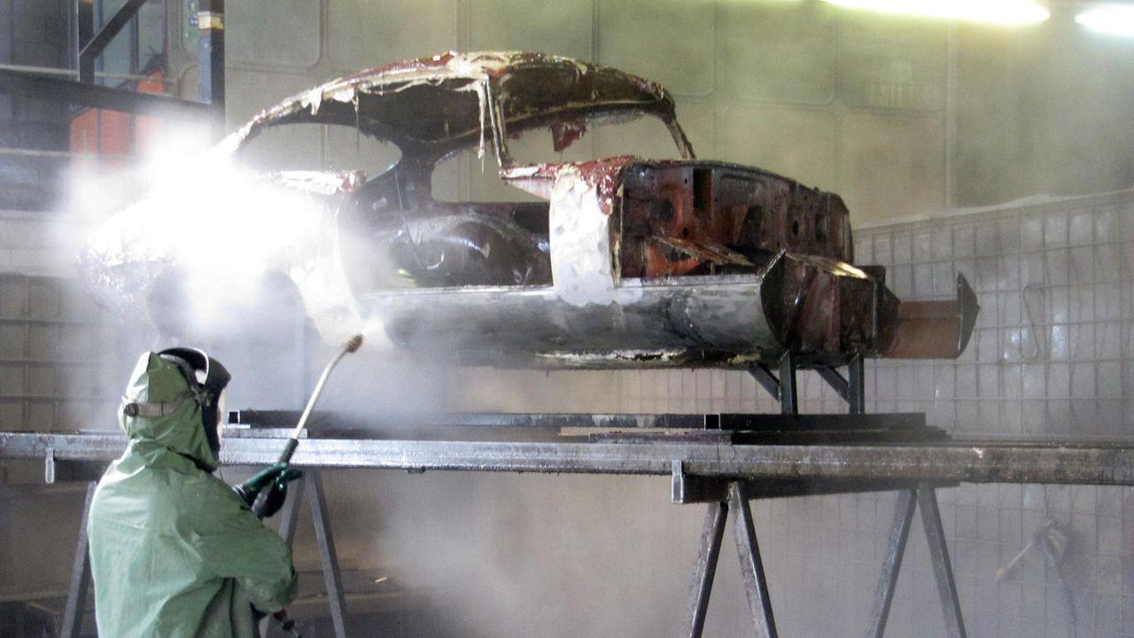 jaguar-e-type-entlacken-9-kabeleins 1600 x 900 - Bildquelle: kabel eins
