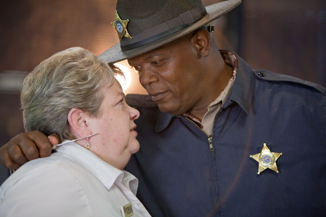 Zunächst glaubt der Familienvater John Felton, dass der Fremde (Samuel L. Jackson, r.), der vor seiner Tür steht und um Hilfe bittet, weil ihm das B... - Bildquelle: Alicia Gbur 2012 Twentieth Century Fox Film Corporation. All rights reserved. Not for sale or duplication.