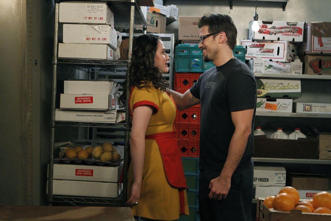 Plötzlich wird's heiß im Kühlraum: Die Kellnerin Max (Kat Dennings, l.) und der Gast Johnny (Nick Zano, r.) flirten heftig. - Bildquelle: Warner Brothers