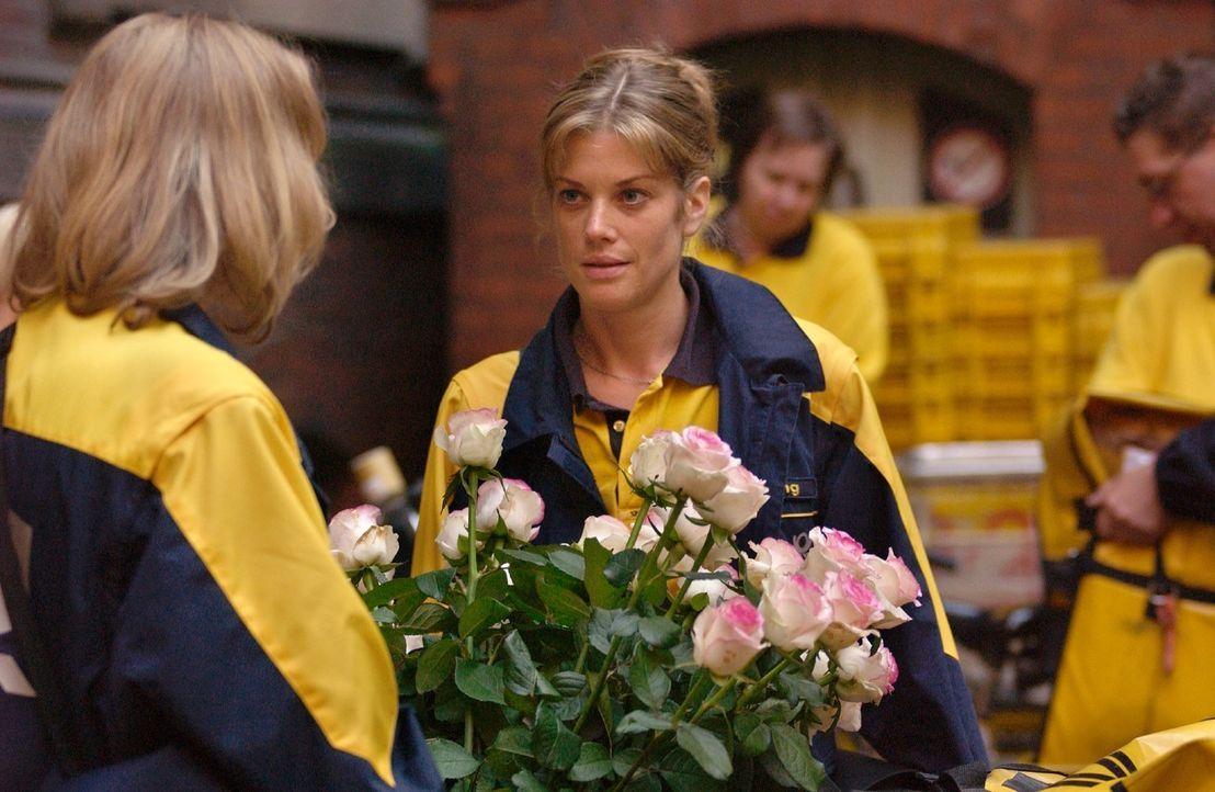 Zurück in Berlin, erhält Rosemarie (Marie Bäumer, r.) überraschend Rosen von ihrem jungen Verehrer. - Bildquelle: Rainer Bajo Sat.1
