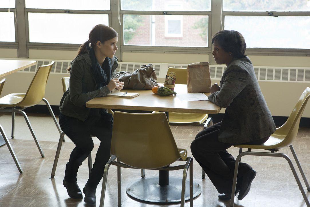 Die Journalistin Zoe Barnes (Kate Mara, l.) geht einer heißen Spur nach, die immer mehr zu einer Bedrohung für Underwood wird ... - Bildquelle: 2013 MRC II Distribution Company L.P. All Rights Reserved.