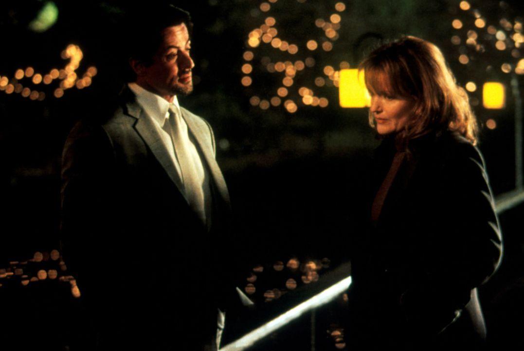 Der Tod ihres Mannes hat Gloria (Miranda Richardson, r.) sehr getroffen. Jack Carter (Sylvester Stallone, l.) verspricht ihr, die Killer seines Brud... - Bildquelle: Warner Bros.