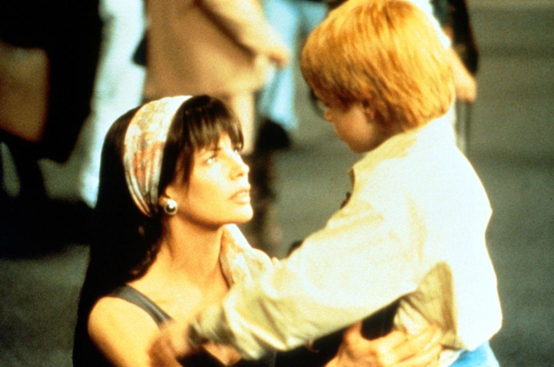 Die einstige Meistereinbrecherin Karen McCoy (Kim Basinger, l.) wird nach sechs Jahren aus dem Gefängnis entlassen. Sie hat dem Verbrechen abgeschwo... - Bildquelle: Universal Pictures