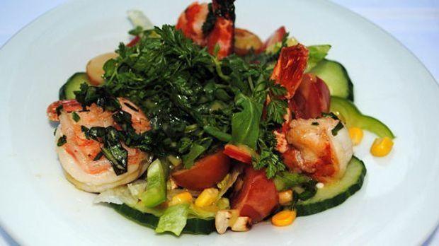 Gesund und lecker: Salat mit Garnelen und Senfdressing