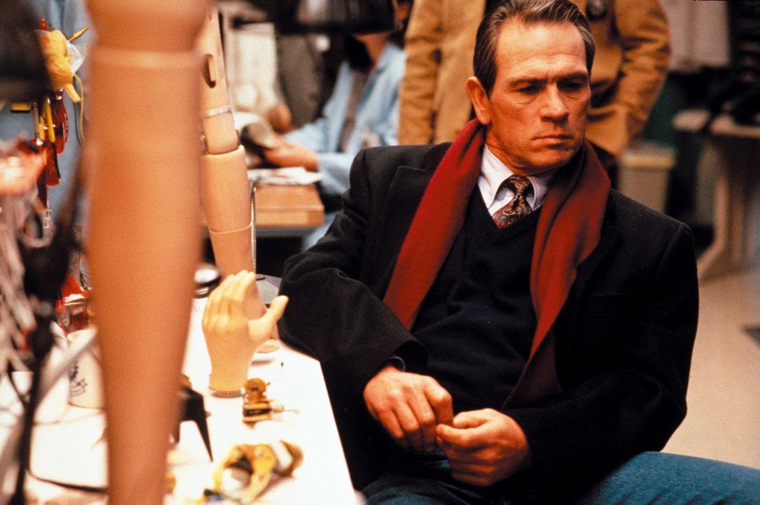 Macht jagt auf einen flüchtigen Doktor: U.S. Marshall Samuel Gerard (Tommy Lee Jones) ... - Bildquelle: Warner Brothers International Television Distribution Inc.