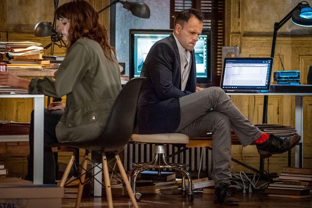 Müssen den Mörder finden, bevor er wieder zuschlagen kann: Holmes (Jonny Lee Miller, r.) und Kitty (Ophelia Lovibond, l.) ... - Bildquelle: CBS Television