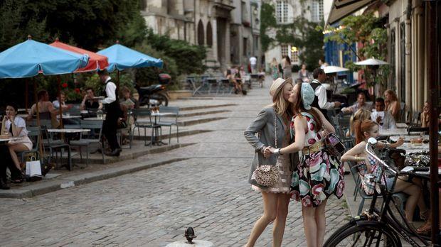 Genießen das schöne Leben in der Stadt der Liebe: Serena (Blake Lively, l.) u...
