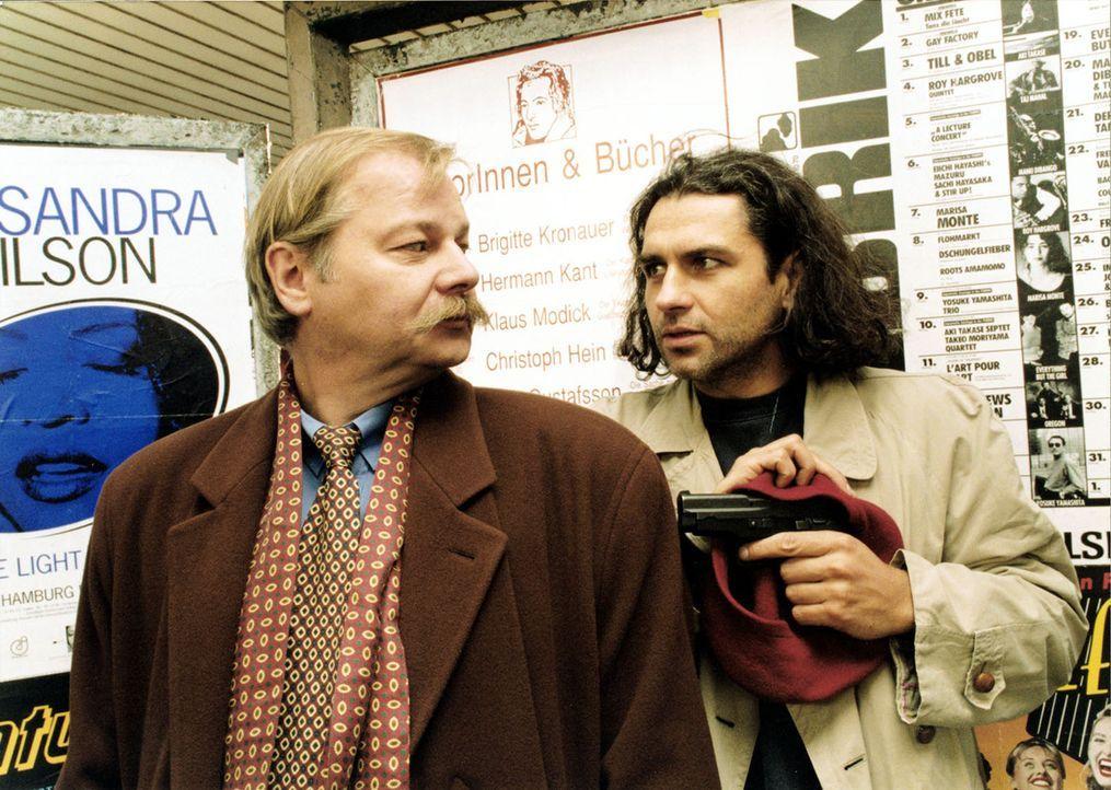 Dr. Schaumann (Dieter Montag, l.) trifft sich mit dem geflohenen Holger Weil (Hansa Czypionka, r.) ... - Bildquelle: Martin ProSieben/Martin