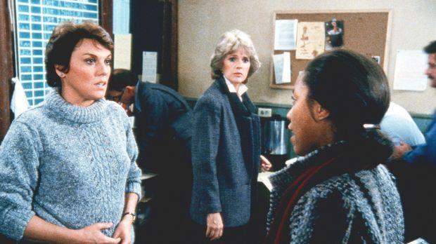 Lacey (Tyne Daly, l.) ist entsetzt, als sie erfährt, dass man aufgrund von Ca...