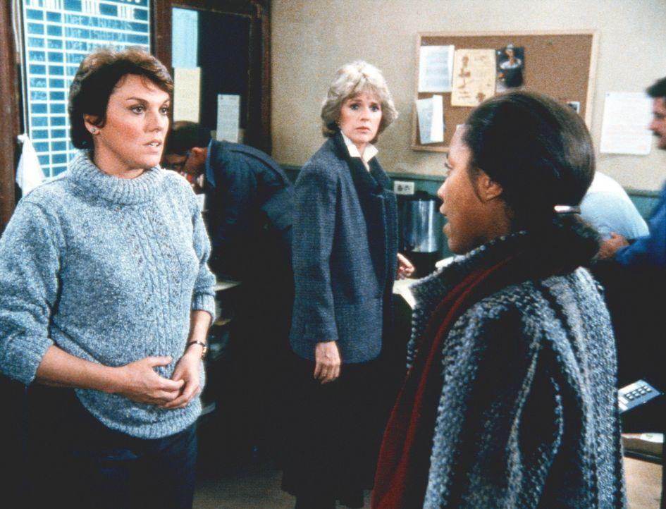 Lacey (Tyne Daly, l.) ist entsetzt, als sie erfährt, dass man aufgrund von Cagneys (Sharon Gless, M.) Bericht Mrs. Taggart (Lynn Whitfield, r.) das... - Bildquelle: ORION PICTURES CORPORATION. ALL RIGHTS RESERVED.