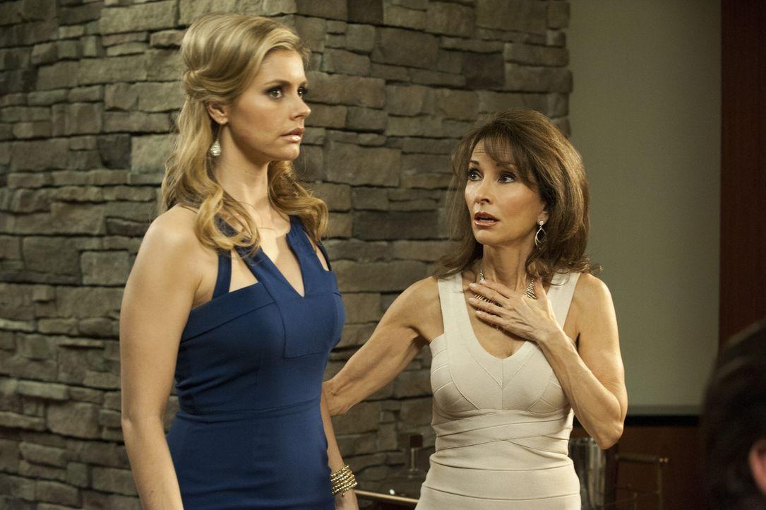 Die Dinnerparty wird durch Olivia unterbrochen. Taylor (Brianna Brown, l.) und Genevieve (Susan Lucci, r.) sind entsetzt über das, was sie sehen ... - Bildquelle: ABC Studios