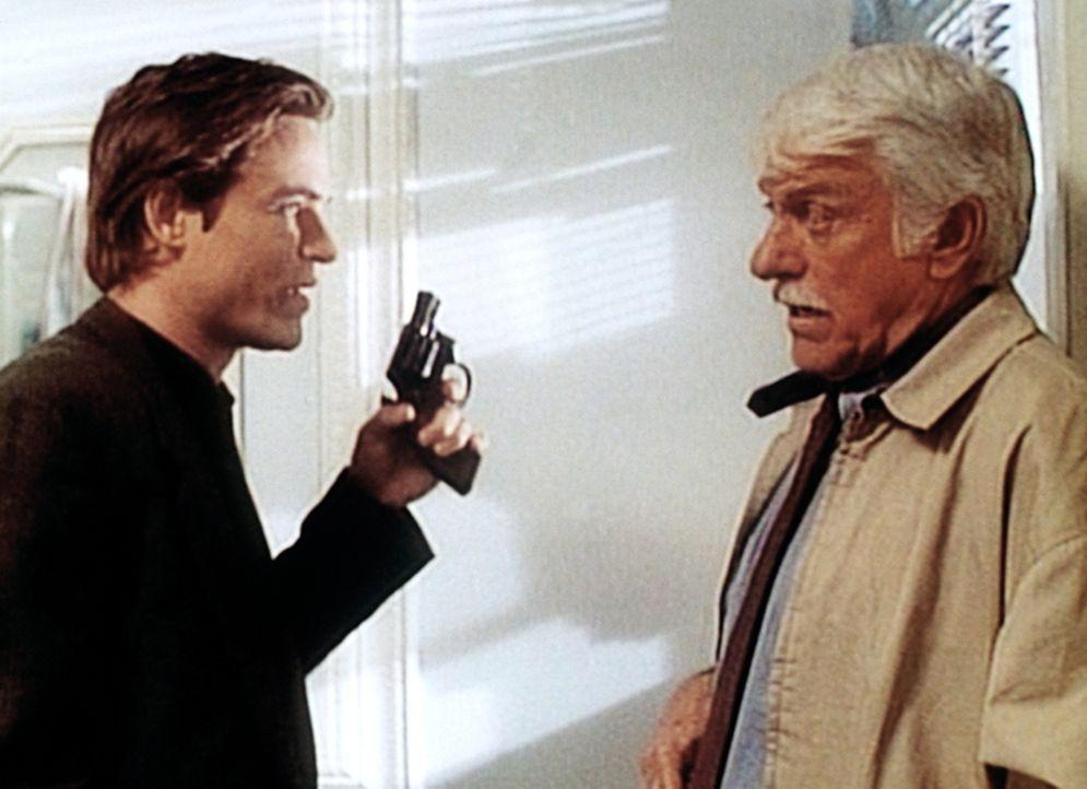 Dr. Mark Sloan (Dick Van Dyke, r.) versucht, Tommy Raffanti (Boyd Kestner, l.) auf seine Seite zu ziehen. - Bildquelle: Viacom
