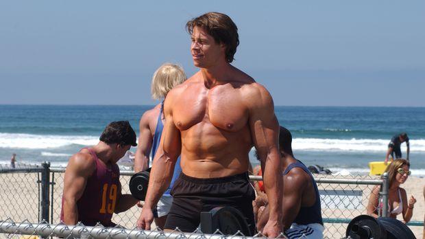 Arnold Schwarzenegger (Roland Kickinger) genießt die Blicke aller Menschen. E...