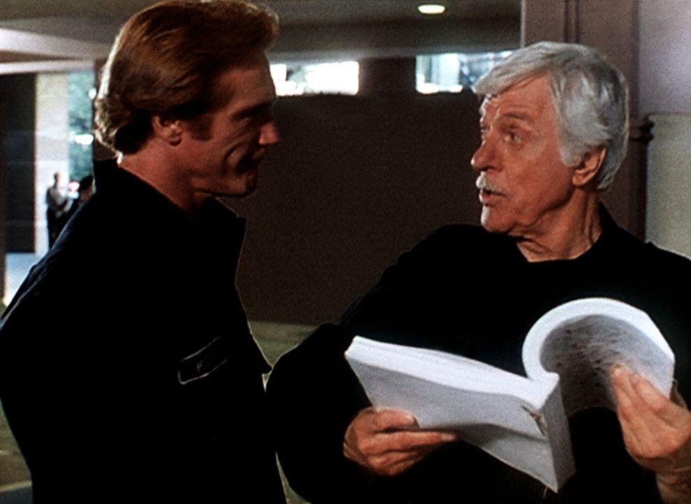 Steve (Barry Van Dyke, l.) und sein Vater Mark (Dick Van Dyke, r.) lesen in Kirsten Foxx' Manuskript erschütternde Tatsachen, die bei der Veröffentl... - Bildquelle: Viacom