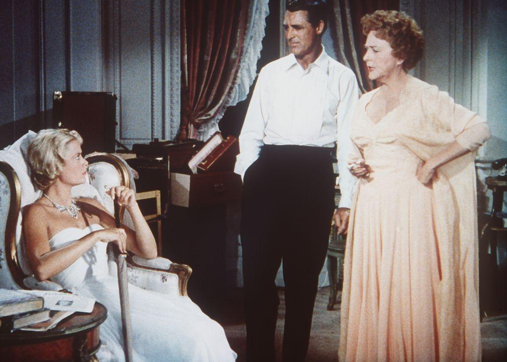 Robie (Cary Grant, M.) freundet sich mit der Millionärin, Mrs. Stevens (Jessie Royce Landis, r.) und deren Tochter Frances (Grace Kelly, l.) an. - Bildquelle: Paramount Pictures