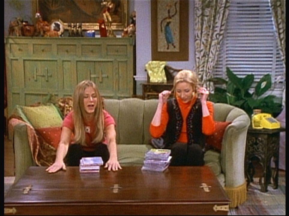 Rachel (Jennifer Aniston, l.) versucht, Phoebe (Lisa Kudrow, r.) den neuen Tisch schmackhaft zu machen. - Bildquelle: TM+  2000 WARNER BROS.