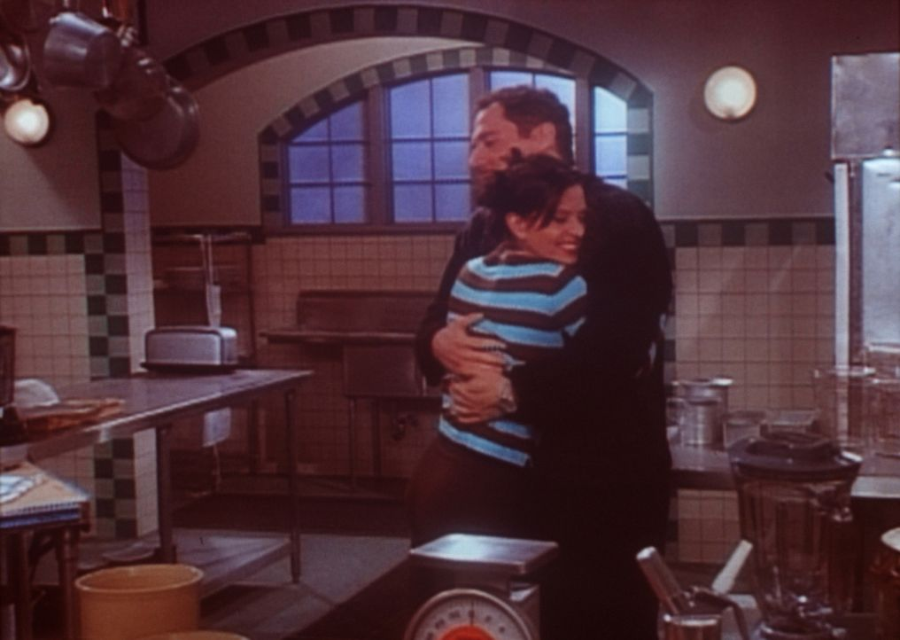 Pete (Jon Favreau, r.) hat ein Restaurant gekauft, in dem Monica (Courteney Cox, l.) Küchenchefin werden soll. - Bildquelle: TM+  2000 WARNER BROS.