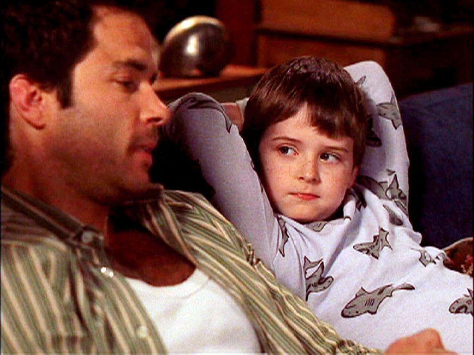 Johnny (Shawn Christian, l.) kümmert sich um Derrick (Nick Benson, r.), der nach dem Tod seiner Eltern ziemlich viel Aufmerksamkeit braucht ... - Bildquelle: CBS Television