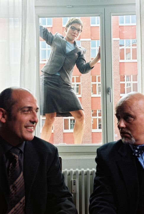 Als Kai Anna (Claudia Schmutzler, M.) in der Kanzlei aufsucht, ist das Chaos perfekt. Anna muss über den Fenstersims fliehen, damit der Schwindel ni... - Bildquelle: Susan Skelton Sat.1