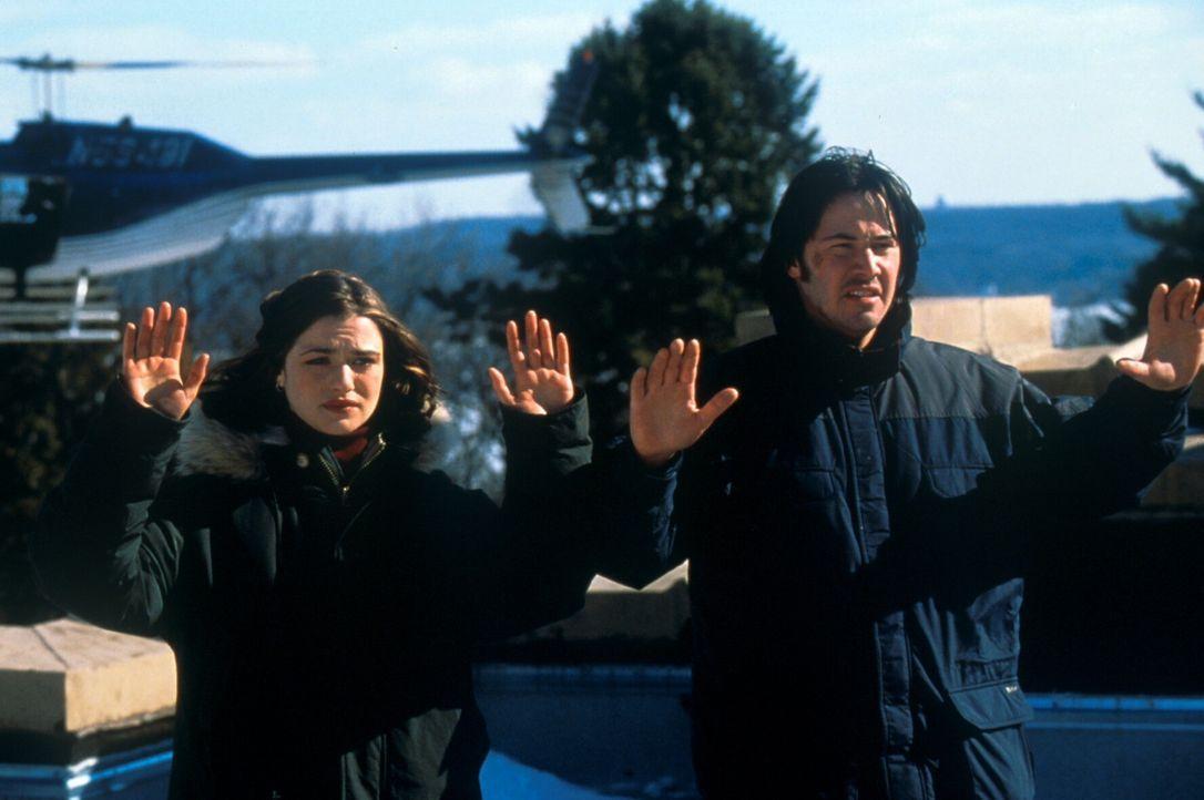 Seit Lily (Rachel Weisz, l.) und Eddie (Keanu Reeves, r.) einem hochbrisanten Komplott auf der Spur sind, ist ihr Leben keinen Pfifferling mehr wert...