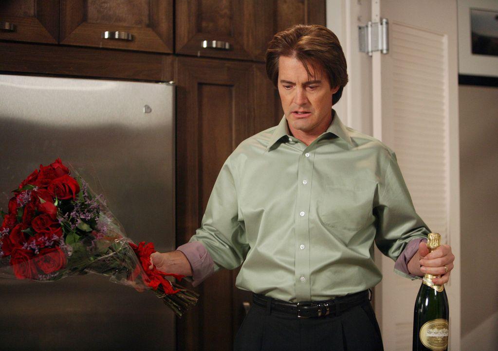 Rückblick: Mit Blumen zur Versöhnung kehrt Orson (Kyle MacLachlan) in Moniques Haus zurück, doch da macht er eine grausame Entdeckung … - Bildquelle: 2005 Touchstone Television  All Rights Reserved