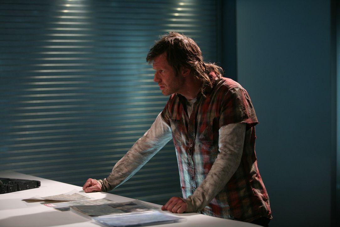 Plötzlich taucht der tot geglaubte Danny (Jason Flemyng) durch eine Anomalie in der Gegenwart auf ... - Bildquelle: ITV Plc