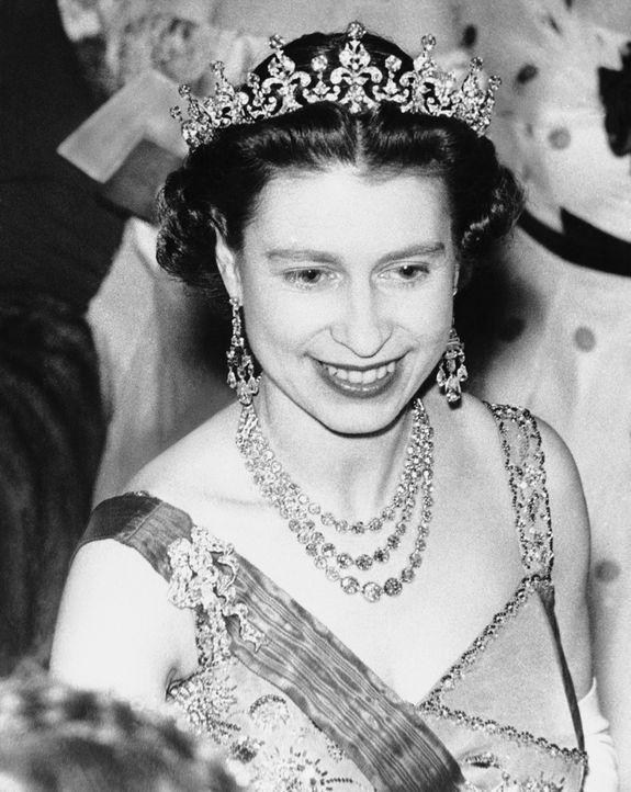 1957: Queen Elizabeth II bei einem Frankreich-Besuch im Louvre ... - Bildquelle: INFINITY VIDEO LTD