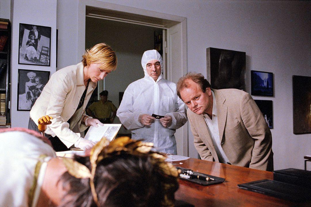 Ein Theaterkritiker wurde ermordet aufgefunden. Eva Blond (Corinna Harfouch, l.) und Lottmann (Gottfried Breitfuß, r.) sind mit dem Spurensicherer (... - Bildquelle: Volker Roloff Sat.1