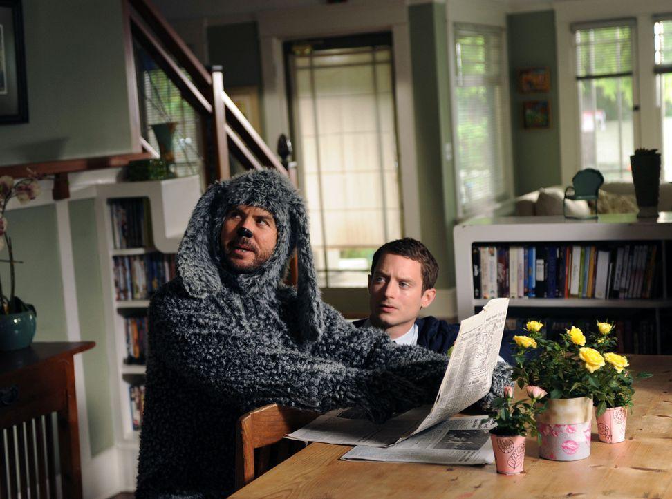 Wilfred (Jason Gann, l.) schenkt Ryan (Elijah Wood, r.) keine Beachtung. Nachdem er sich 3 Monate nicht blicken lassen hat, ist Wilfred eingeschnapp... - Bildquelle: 2011 FX Networks, LLC. All rights reserved.