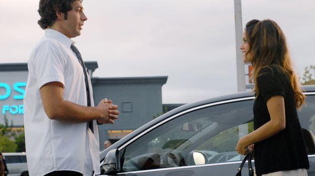 Als die hübsche Lou (Rachel Bilson, r.) in Chucks (Zachary Levi, l.) Leben tr...
