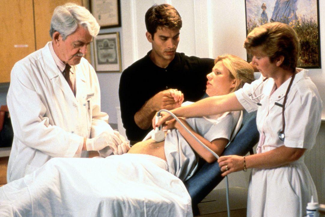 Als Helen (Gwyneth Paltrow, 2.v.r.) auf offener Strasse überfallen wird, erleidet sie beinahe eine Fehlgeburt. Dr. Hill (Hal Holbrook, l.) und ihr... - Bildquelle: Sony Pictures Entertainment