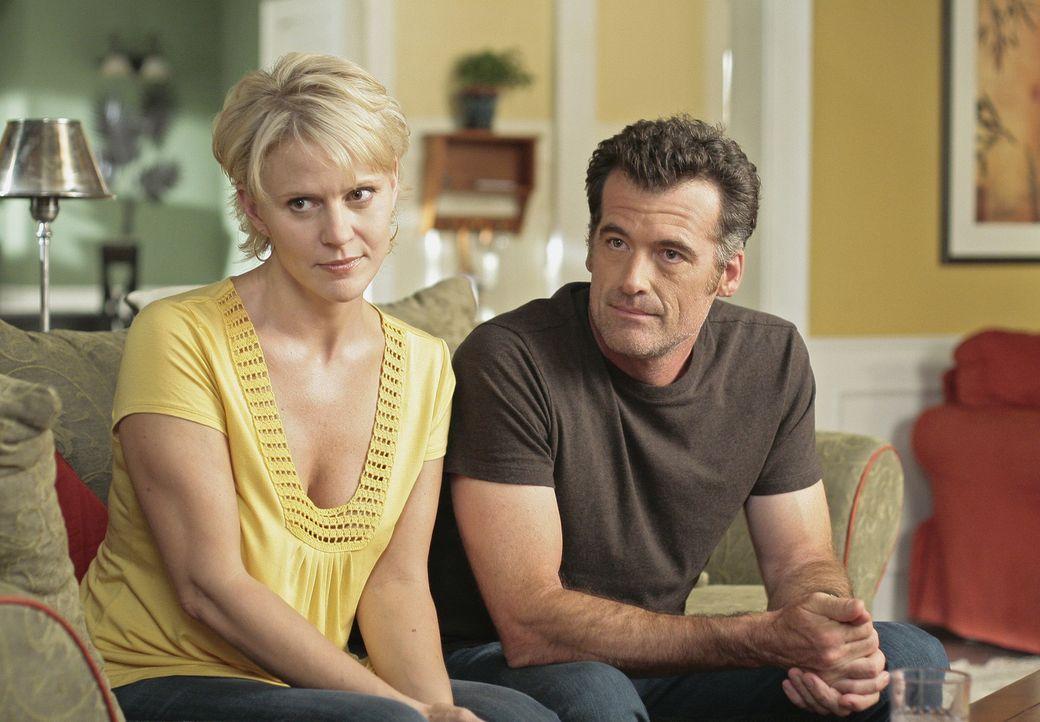 Zunächst können sich Nicole (Marguerite MacIntyre, l.) und Stephen (Bruce Thomas, r.) nicht erklären, was die Sozialarbeiterin von ihnen will ... - Bildquelle: TOUCHSTONE TELEVISION