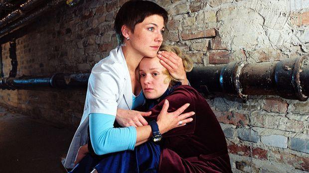 Stephanie (Claudia Schmutzler, l.) findet Sandra Hartland (Caroline Redl, r.)...