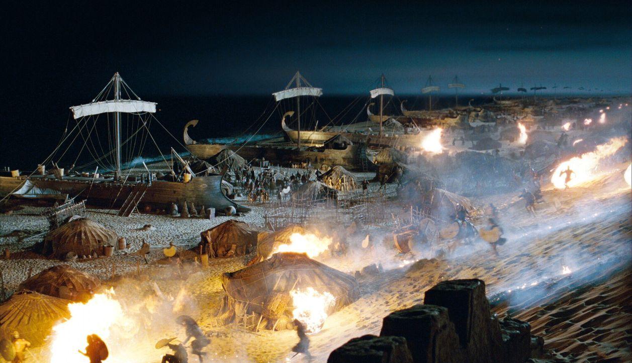 Unendlich viele griechische Kriegsschiffe landen an den trojanischen Gestaden. Als die Dämmerung naht, ist der Strand von griechischem und trojanis... - Bildquelle: Warner Brothers International Television