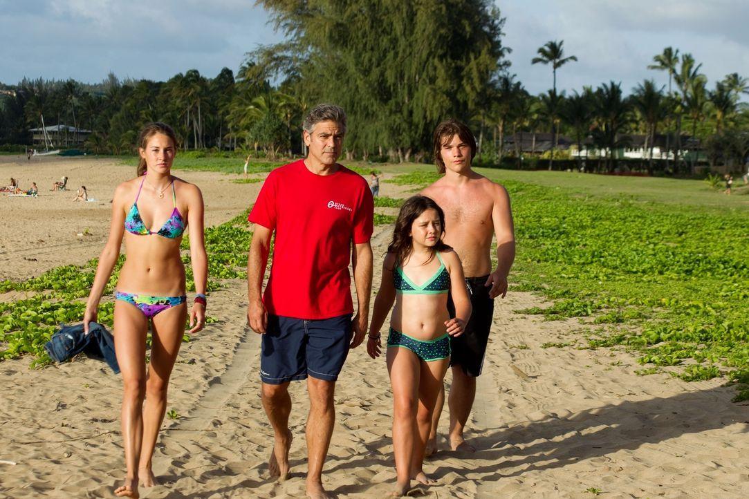 Nachdem seine Frau bei einem Speed-Boat-Unfall ins Koma fällt, gerät die sichere Welt des Anwalts Matt King (George Clooney, 2.v.l.) schwer ins Wank... - Bildquelle: 2011 Twentieth Century Fox Film Corporation. All rights reserved.