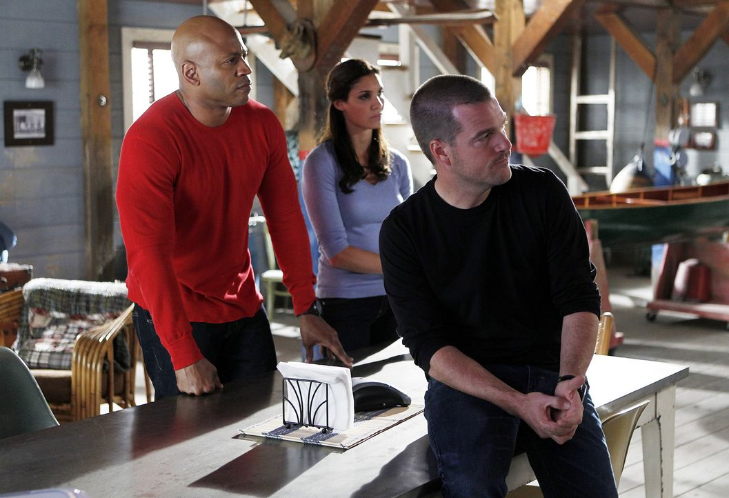 Ein neuer Fall wartet auf Callen (Chris O'Donnell, r.), Sam (LL Cool J, l.) und Kensi (Daniela Ruah, M.) ... - Bildquelle: CBS Studios Inc. All Rights Reserved.
