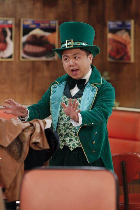 Ein St. Patrick's Day Fan: Han (Matthew Moy) ... - Bildquelle: Warner Bros. Television
