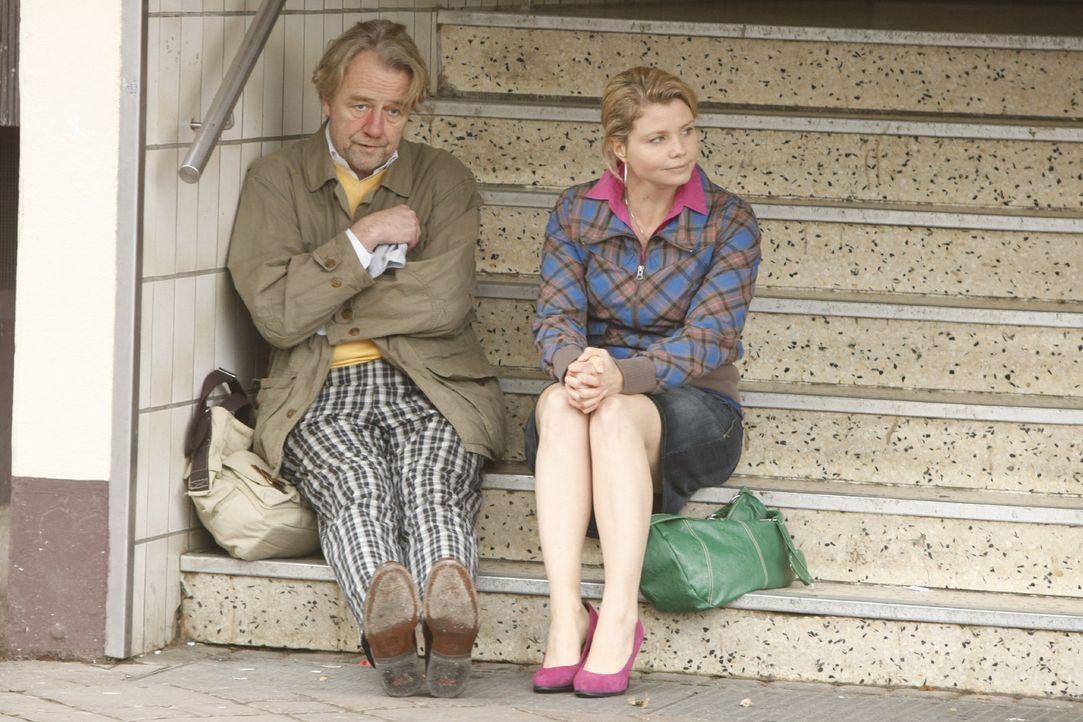 Danni (Annette Frier, r.) ist sauer, da ihr Vater Kurt (Axel Siefer, l.) zwei Tage lang auf Sauftour war ... - Bildquelle: SAT.1