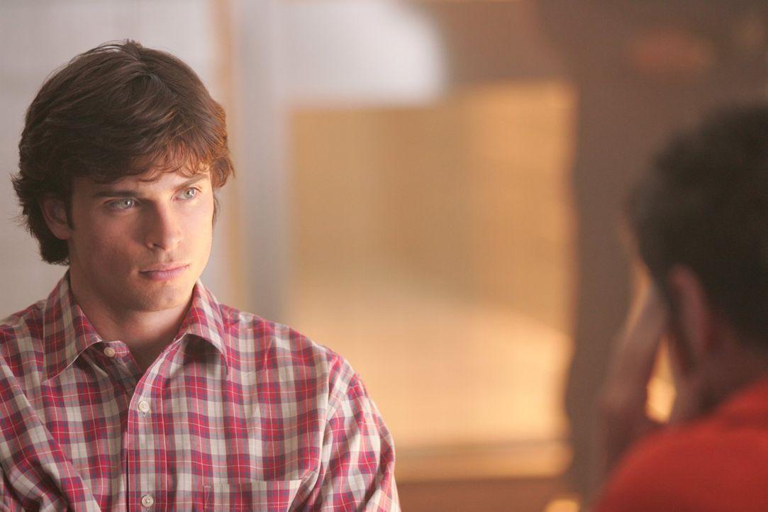 Um die Unschuld seines Freundes Lex zu beweisen, besucht Clark (Tom Welling) Lionel im Gefängnis und erhofft sich ausgerechnet von ihm Hilfe ... - Bildquelle: Warner Bros.