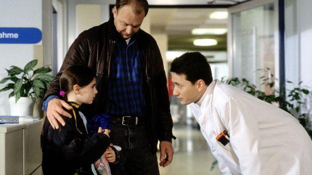 Dr. Markus Kampmann (Ulrich Reinthaller, r.) begrüßt das Sorgenkind Angela (A...