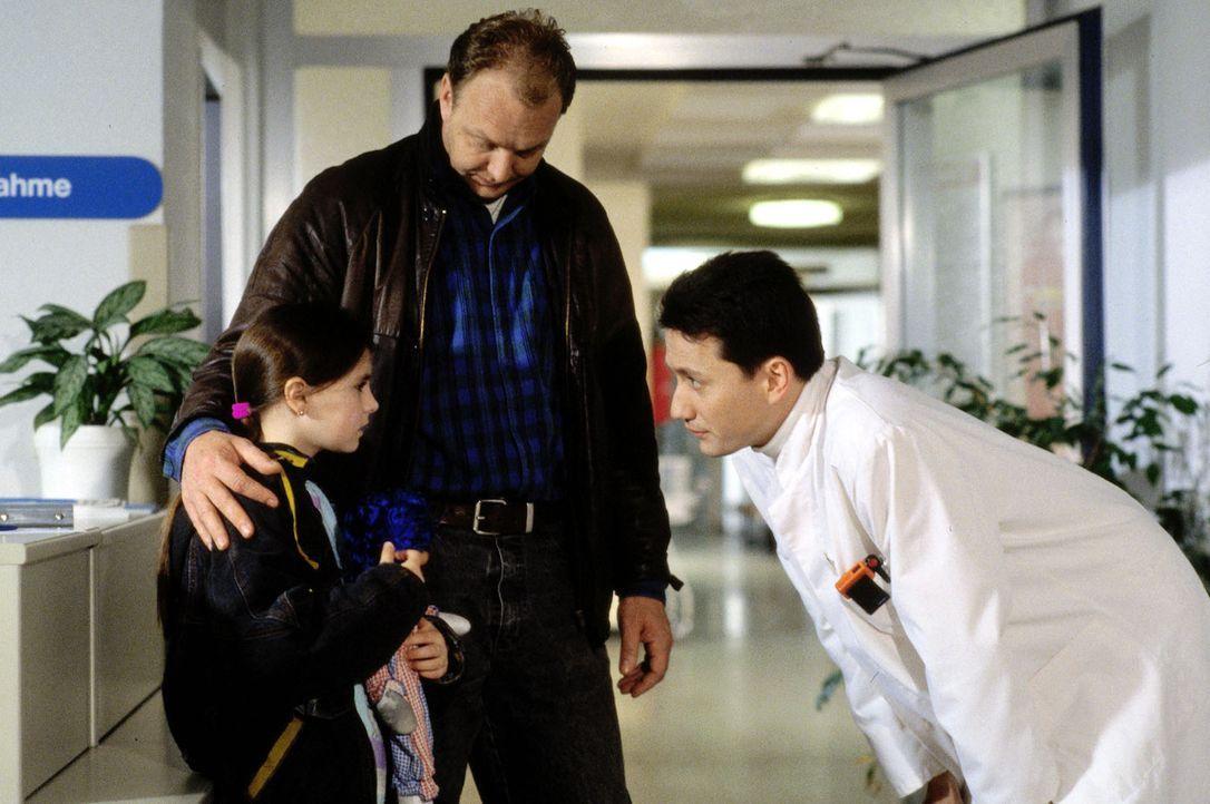 Dr. Markus Kampmann (Ulrich Reinthaller, r.) begrüßt das Sorgenkind Angela (Anja Lindemann, l.), das von seinem Vater (Christian Tasche, M.) in die... - Bildquelle: Bernd Spauke Sat.1
