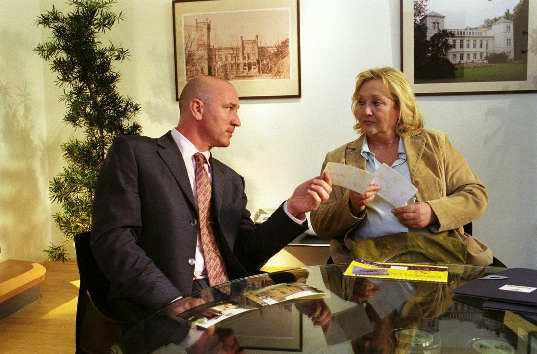 Gudrun (Doris Kunstmann, r.) trifft sich mit dem Immobilienkäufer Anton Bago (Stefan Walz, l.) und gibt vor, ein Schloss verkaufen zu wollen. - Bildquelle: Noreen Flynn Sat.1