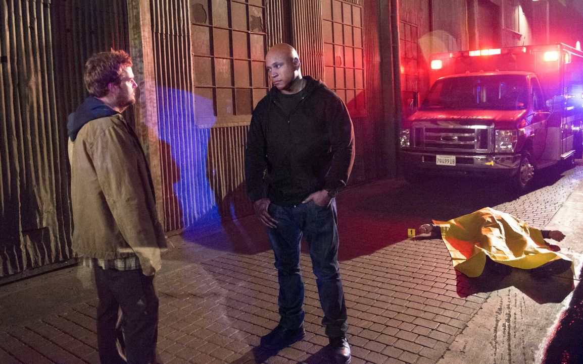 Callen (Chris O'Donnell, l.) begibt sich auf eine geheime Mission, ohne Sam (LL Cool J, r.) und das Team einzuweihen. Ein Fehler? - Bildquelle: Neil Jacobs 2015 CBS Broadcasting, Inc. All Rights Reserved.