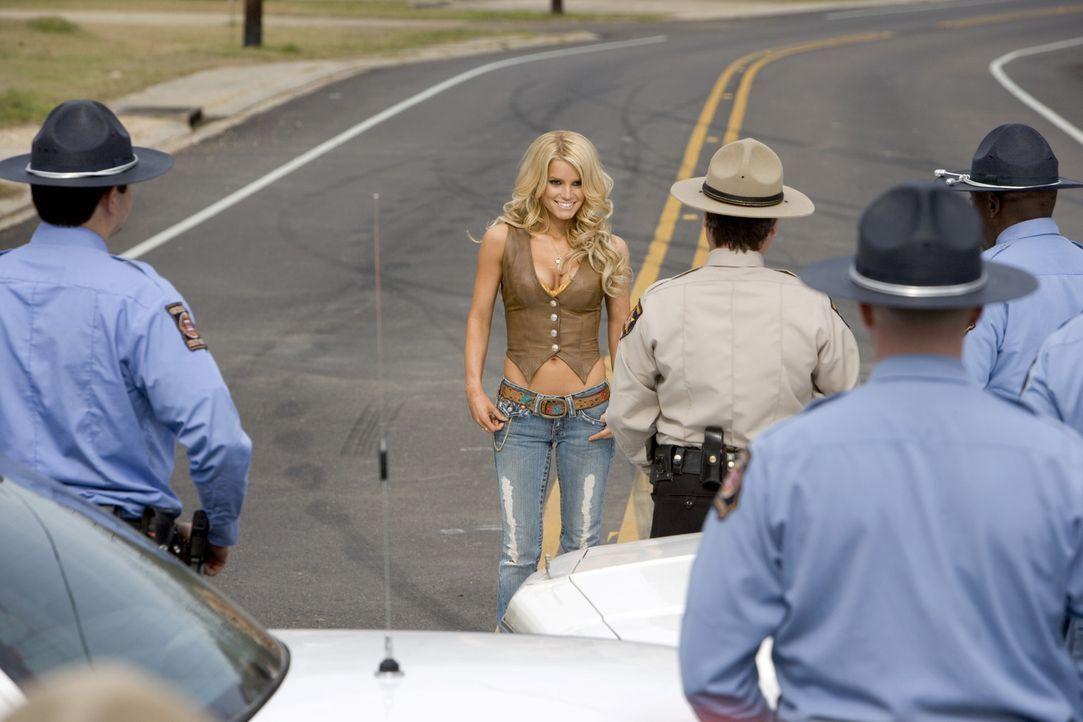 Daisy Duke (Jessica Simpson, M.) unterstützt ihre Cousins mit allem, was sie hat. Auch, wenn es gilt, eine Horde Polizisten aufzuhalten ... - Bildquelle: Warner Brothers International