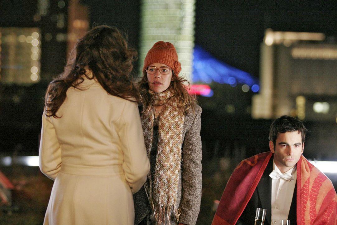 Lisa (Alexandra Neldel, M.) ahnt, was Mariella (Bianca Hein, l.) David (Mathis Künzler, r.) mitteilen möchte, und zieht sich zurück. (Dieses Foto... - Bildquelle: Noreen Flynn Sat.1