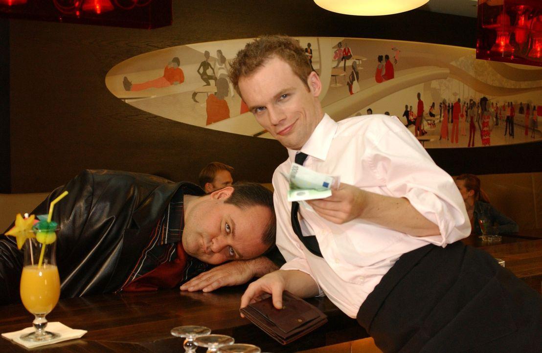 Nach einem harten Arbeitstag bei einem harten Drink an der Bar werden selbst harte Jungs (Markus Majowski, l., Ralf Schmitz, r.) manchmal ganz weich. - Bildquelle: Sat.1