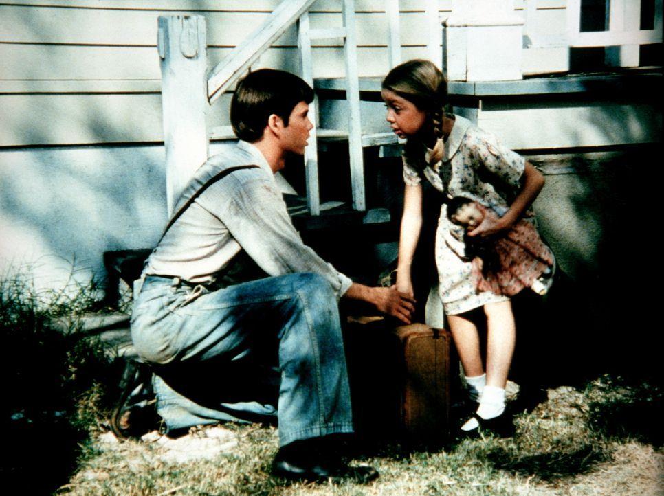 Joe Douglas (Peter Miner, l.) hat endlich seine kleine Schwester Claire (Michelle Stacy, r.) wiedergefunden. Um sie zu finden, ist er aus dem Waisen... - Bildquelle: WARNER BROS. INTERNATIONAL TELEVISION