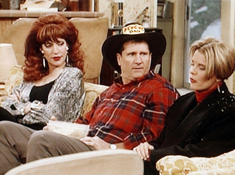 Al Bundy (Ed O'Neill, M.) kann es nicht fassen, dass Marcy (Amanda Bearse, r.) seine Lieblingsserie hat absetzen lassen. - Bildquelle: Sony Pictures Television International. All Rights Reserved.