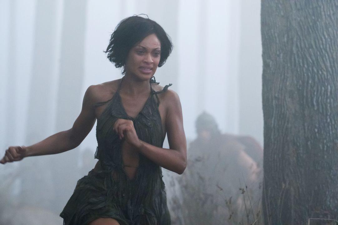 Ihre Nerven liegen blank: Naevia (Cynthia-Addai Robinson) auf der Flucht vor römischen Soldaten ... - Bildquelle: 2011 Starz Entertainment, LLC. All rights reserved.